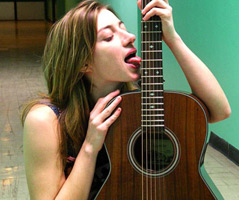 Anais Croze lèche sa guitare