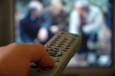 Célibataire devant télévision