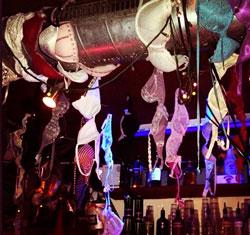 soutifs accrochés en haut du bar