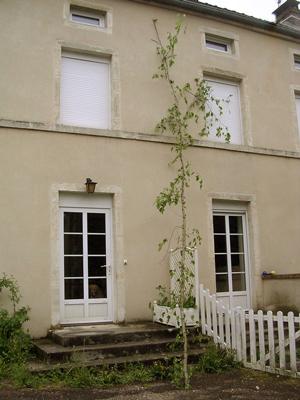 mai sur la façade d'une maison à Pesmes (70)